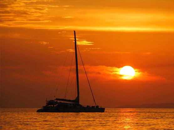 trimaran-sunset-cruise-sia-ao-yon-sailing-watersports-centre